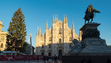 Sky allestisce un maestoso albero di Natale in Piazza Duomo