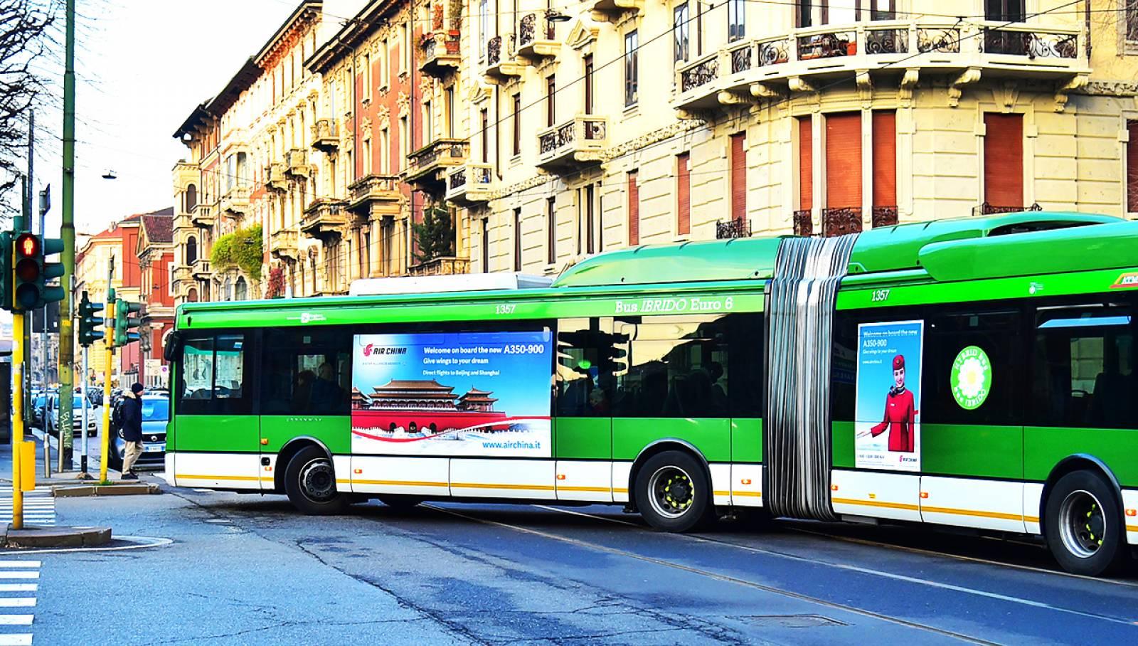 Pubblicità su autobus a Milano maxixide IGPDecaux per Air China