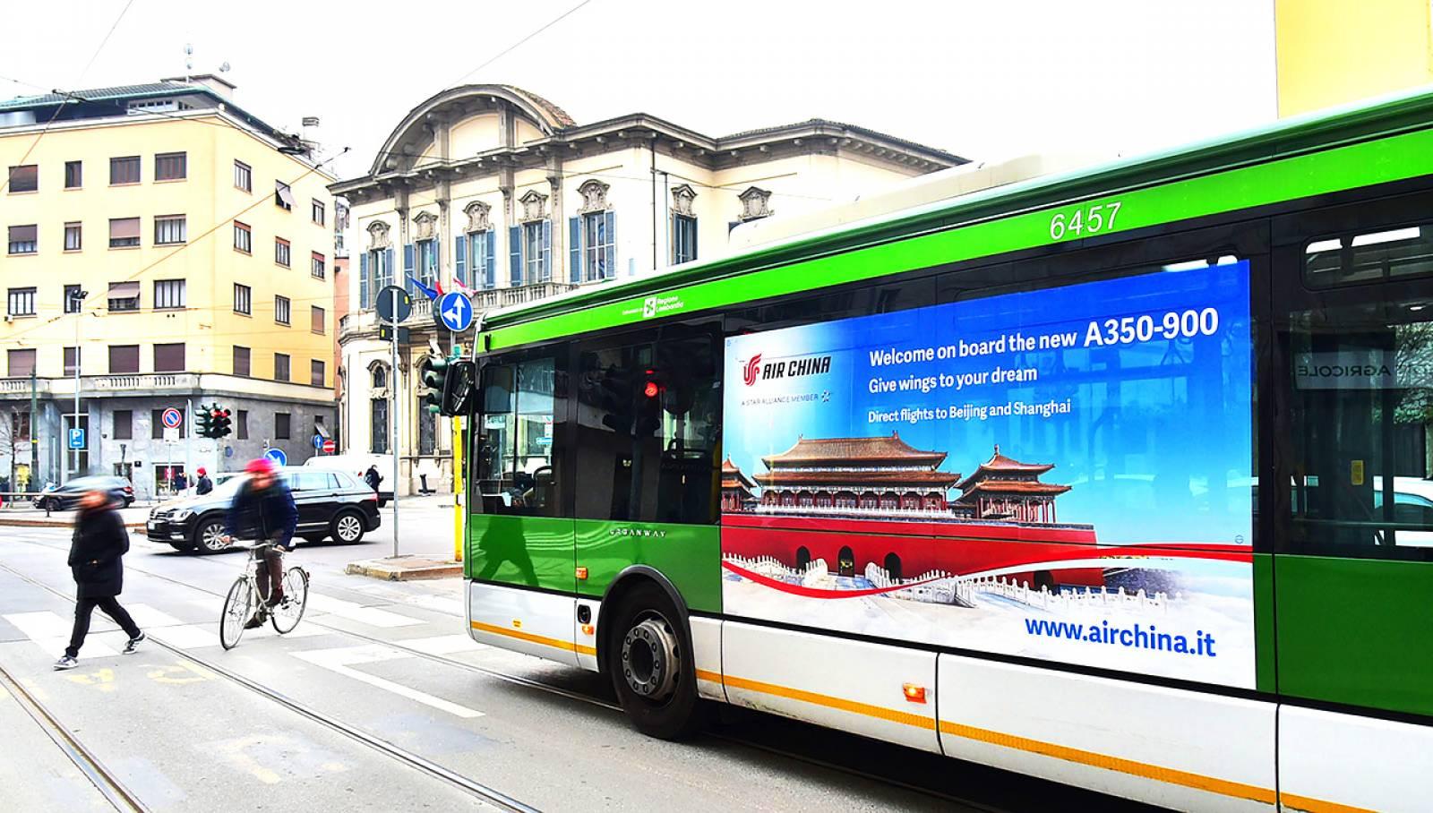 Pubblicità su autobus IGPDecaux a Milano maxiside per Air China