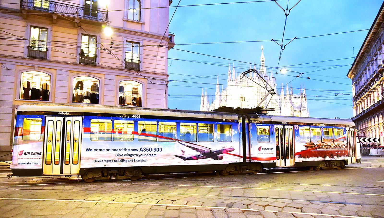 Pubblicità sui tram a Milano tram decorato IGPDecaux per Air China