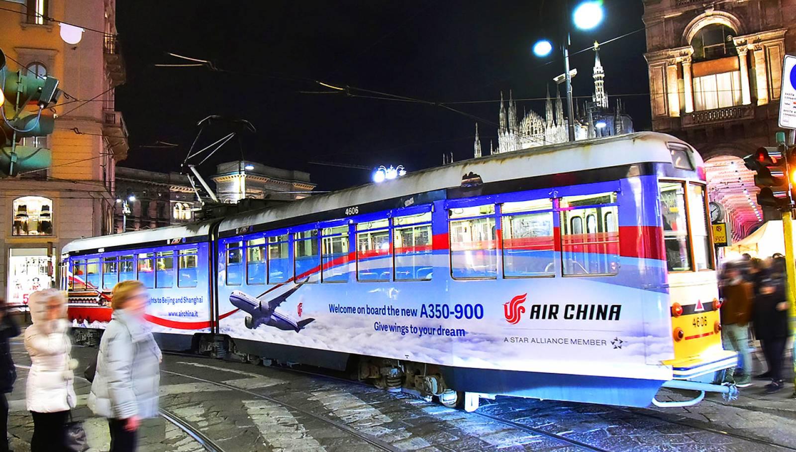 Pubblicità sui tram Milano IGPDecaux tram decorato per Air China
