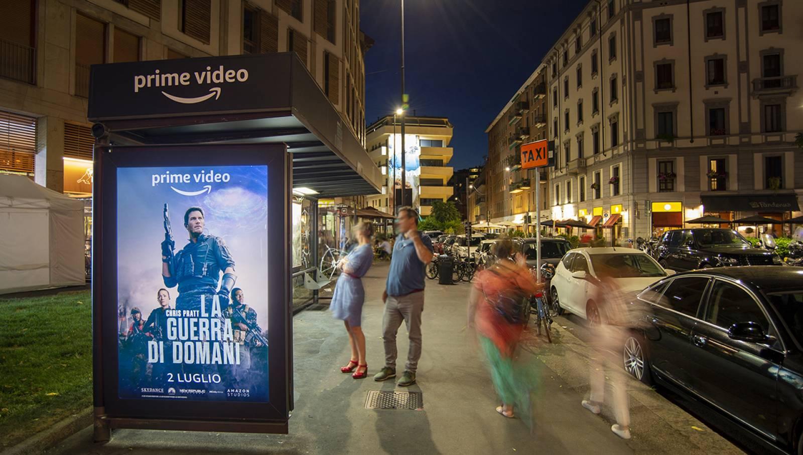 pubblicità sulle pensiline IGPDecaux Creative Solutions brand pensilina a Milano per Amazon Prime Video