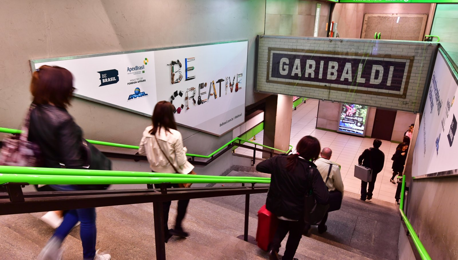 Pubblicità in metropolitana Milano Station Domination Garibaldi-Step Domination-Apex-Design Week-IGPDecaux