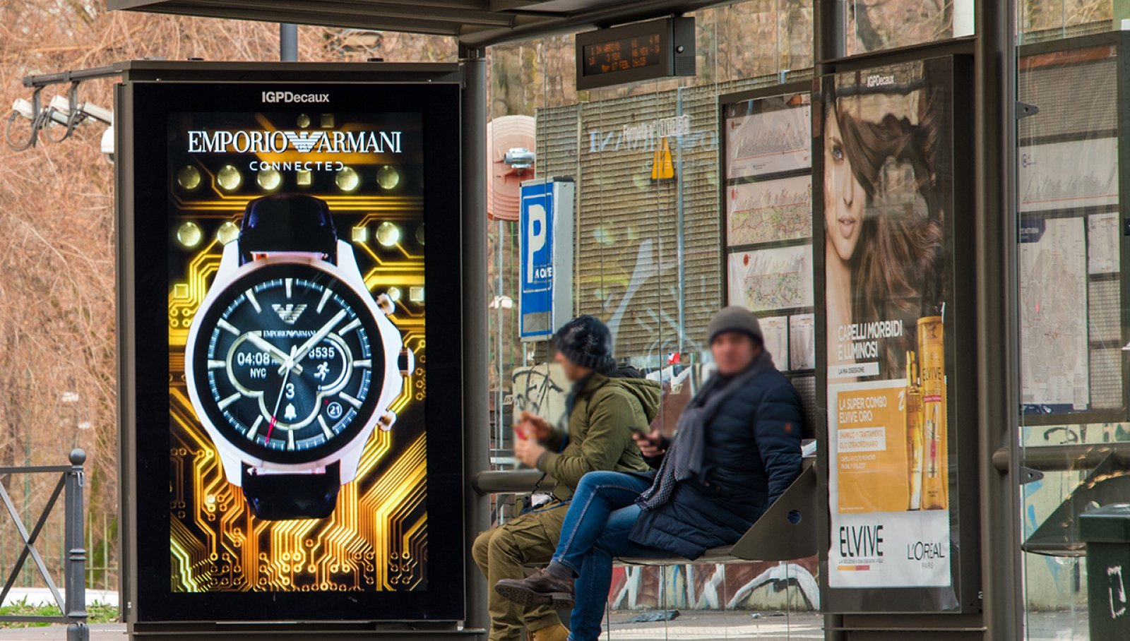 Dooh advertising IGPDecaux pensiline digitali per Armani a Milano