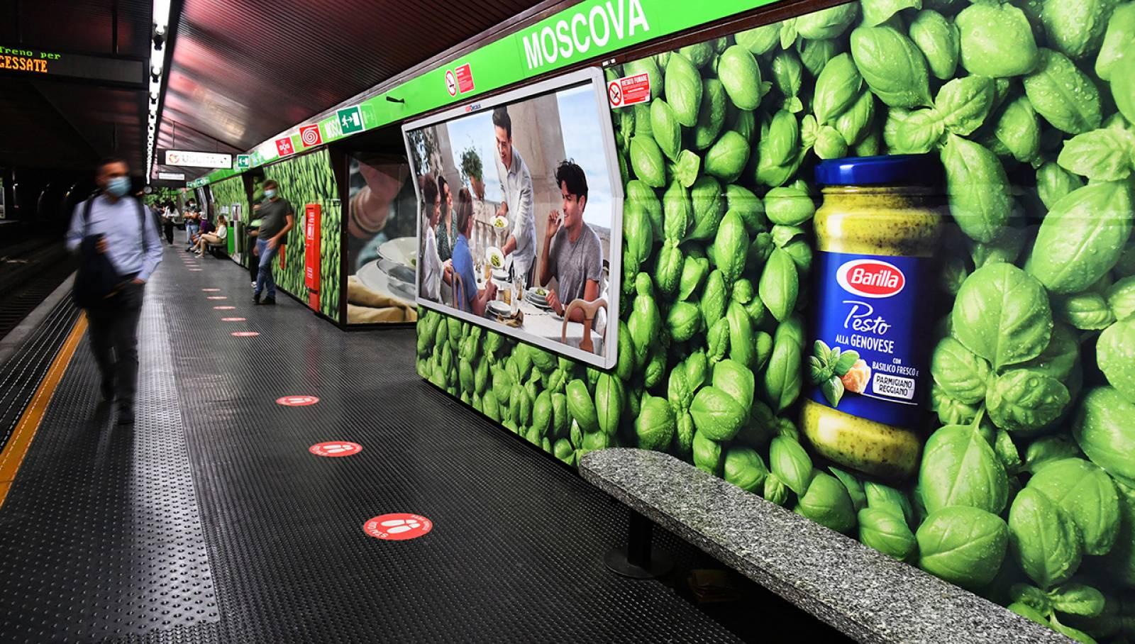 Pubblicità outdoor a Milano Station Domination IGPDecaux per Barilla