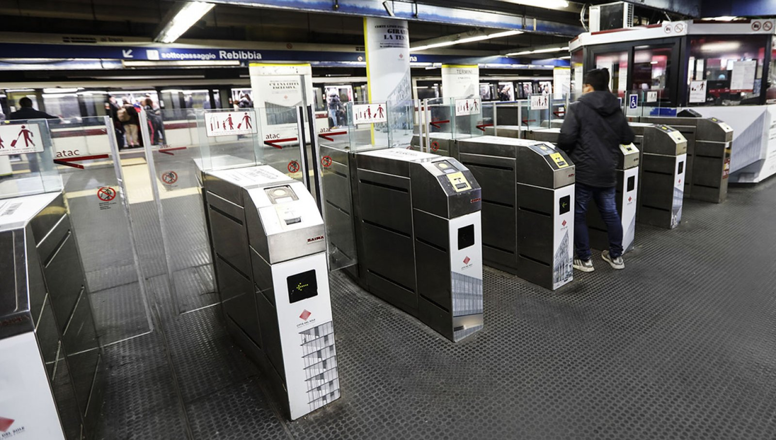 Pubblicità in metropolitana a Roma IGPDecaux station domination per Città del Sole