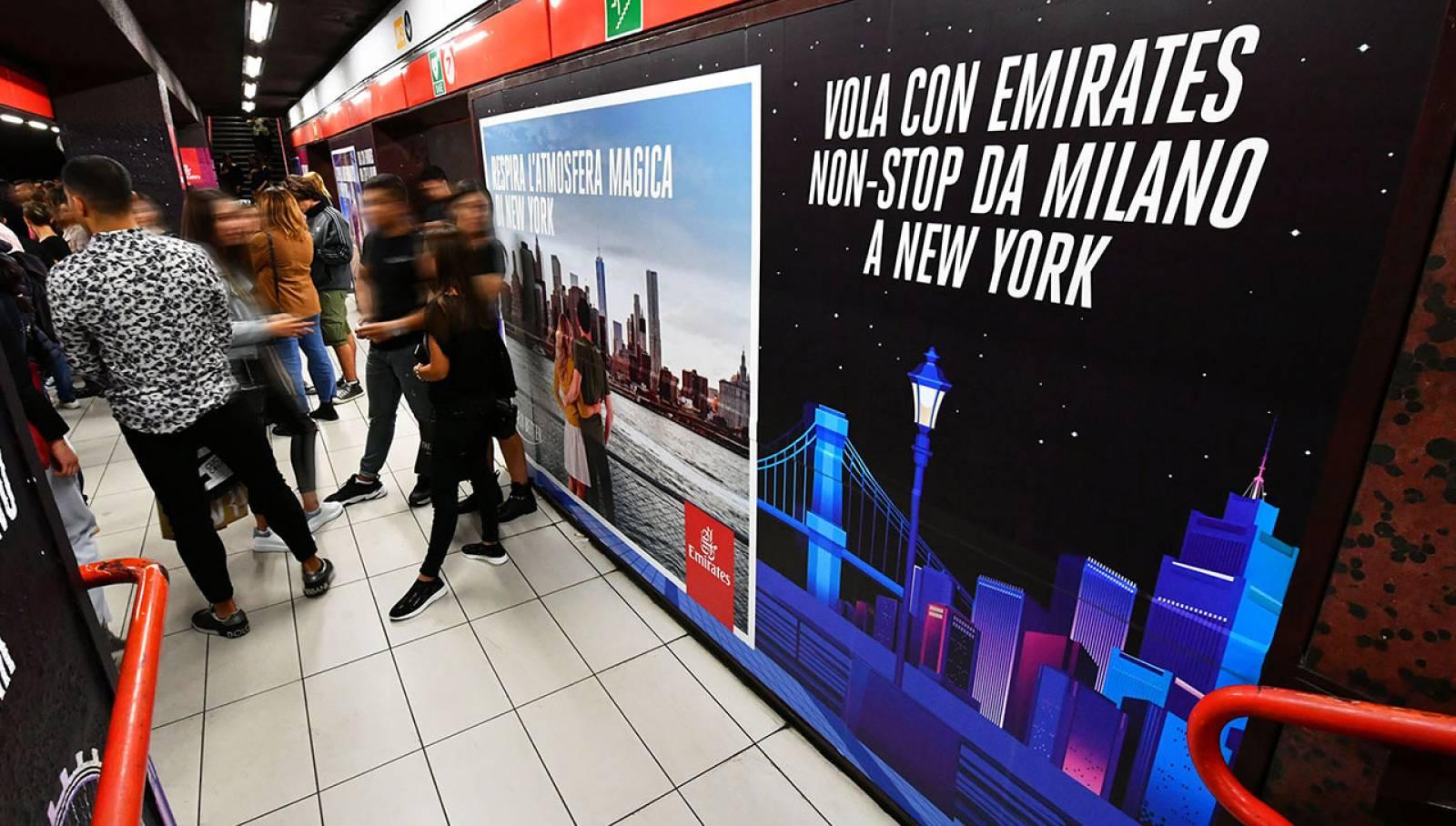 Pubblicità metro milanese Station Domination IGPDecaux per Emirates