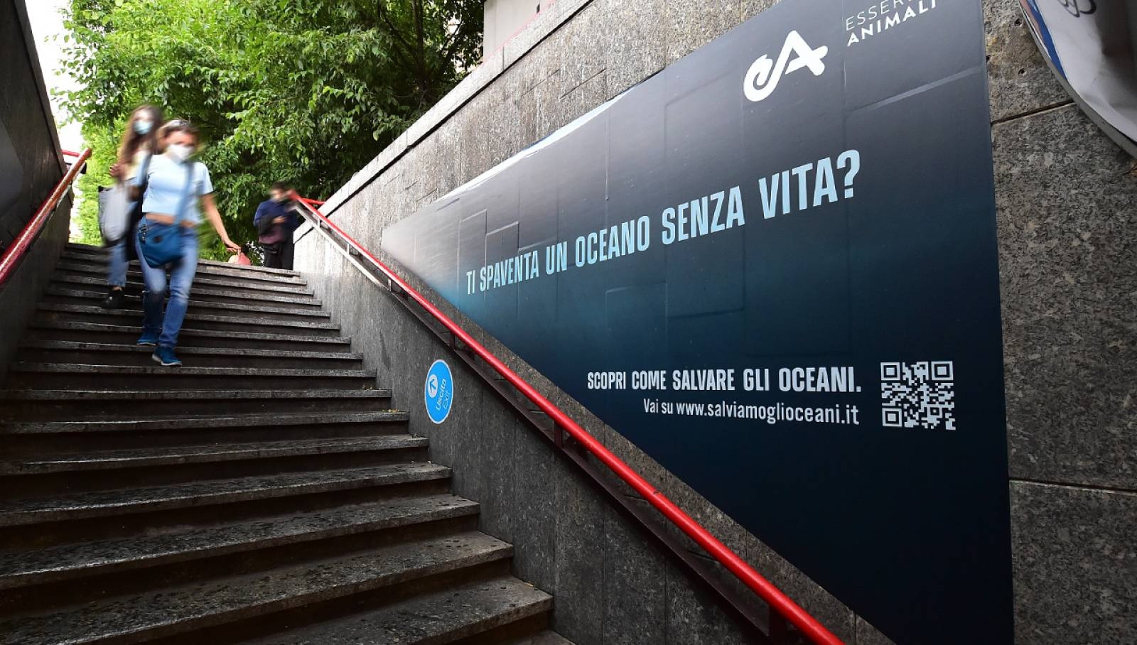 Out Of Home IGPDecaux in metropolitana a Milano pubblicità per Associazione Essere Animali