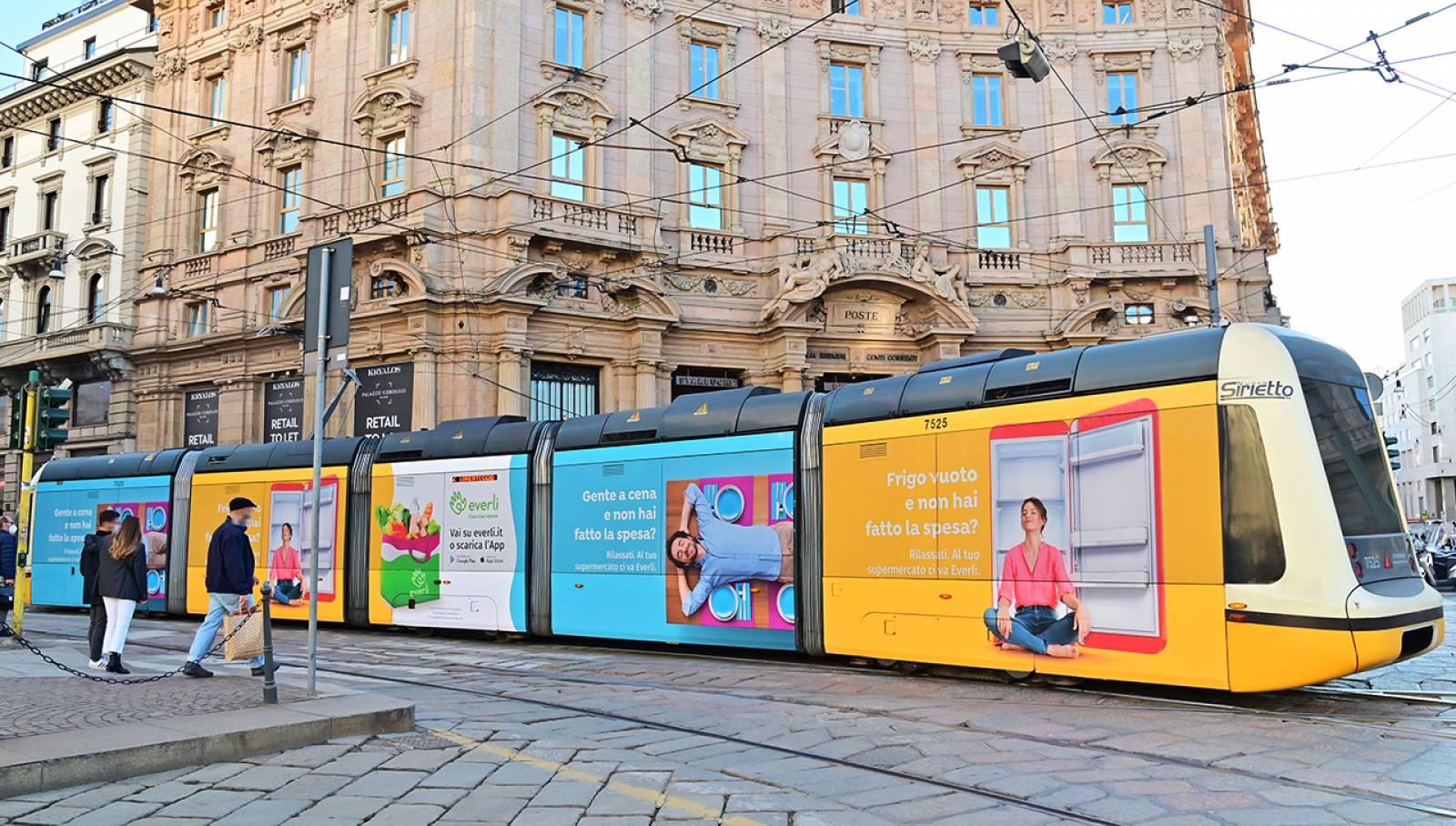 Pubblicità OOH su tram a Milano IGPDecaux Full-Wrap per Everli