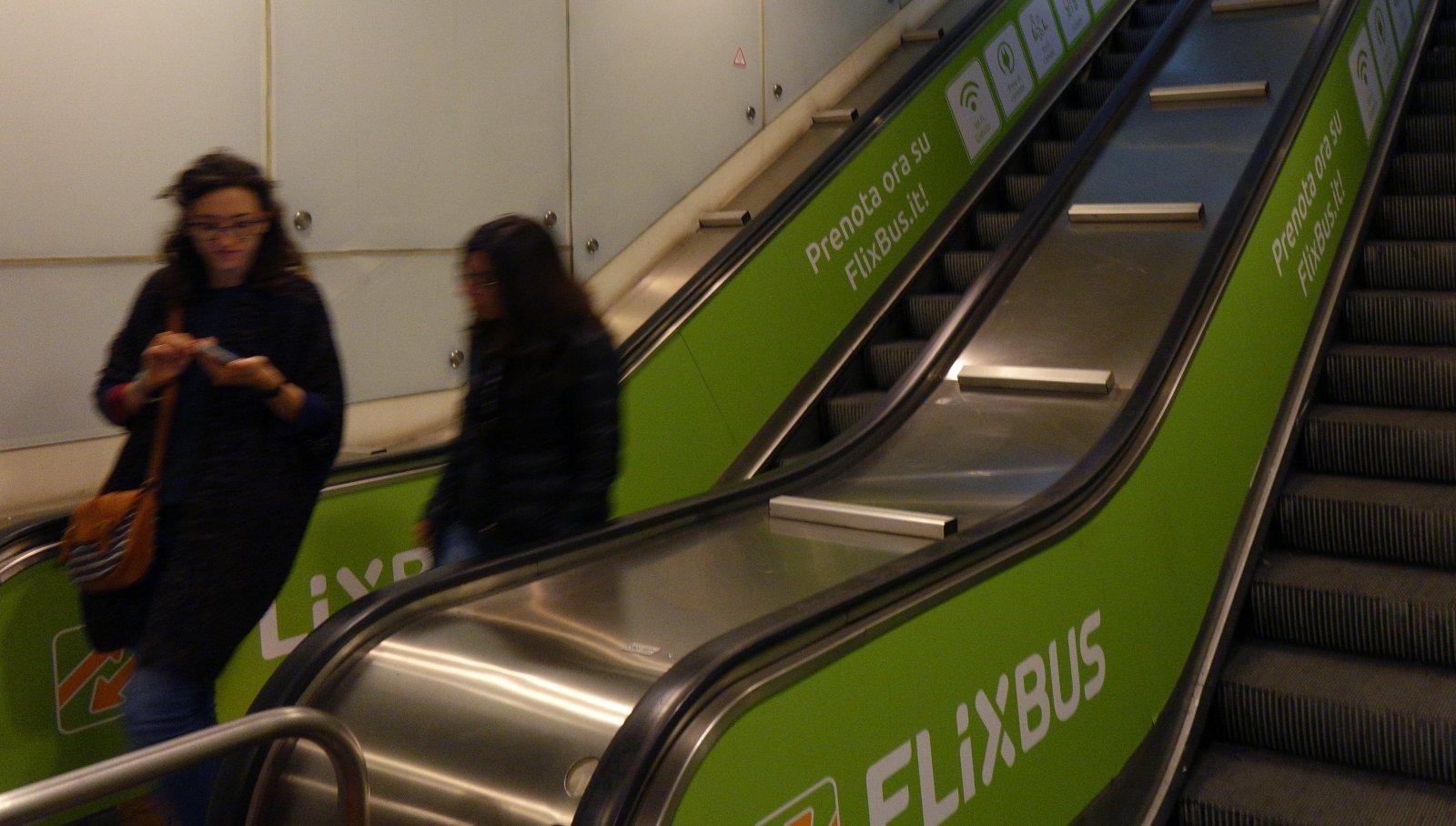 Pubblicità metropolitana per Flixbus IGPDecaux station domination a Napoli