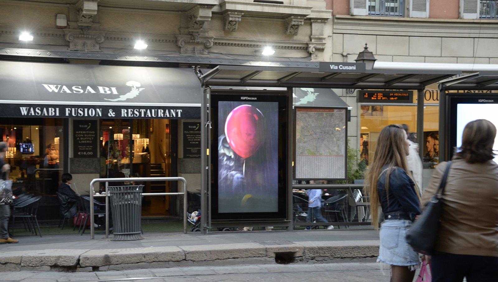 Pubblicità pensiline Milano smart content IGPDecaux per Warner Bros
