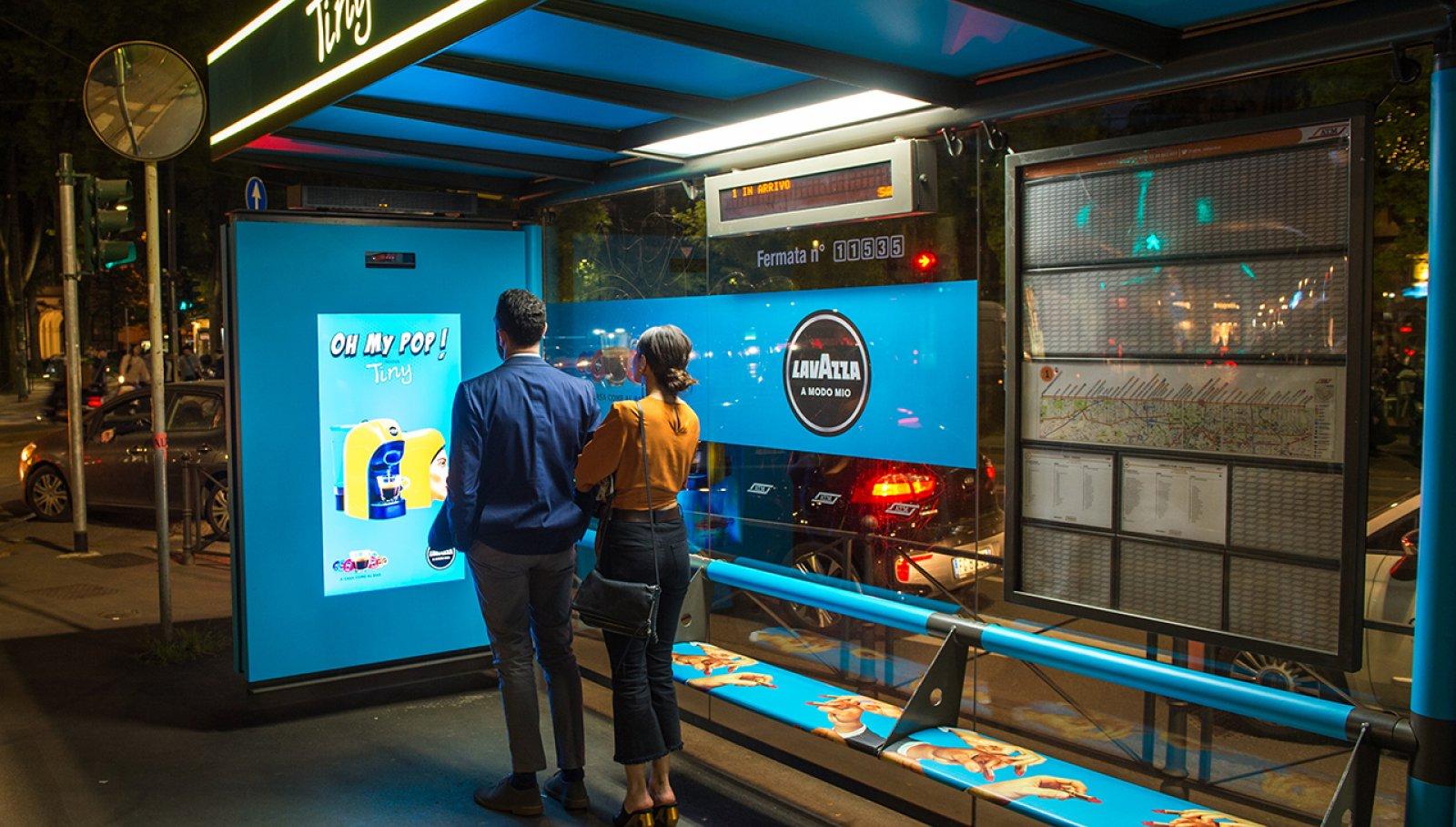 Pubblicità pensiline Milano IGPDecaux pensiline digitali per Lavazza