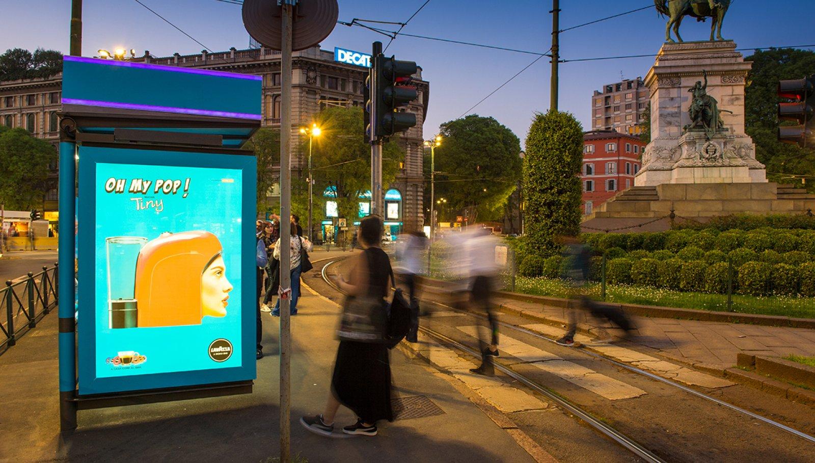 Pubblicità Out Of Home IGPDecaux pensiline digitali a Milano per Lavazza