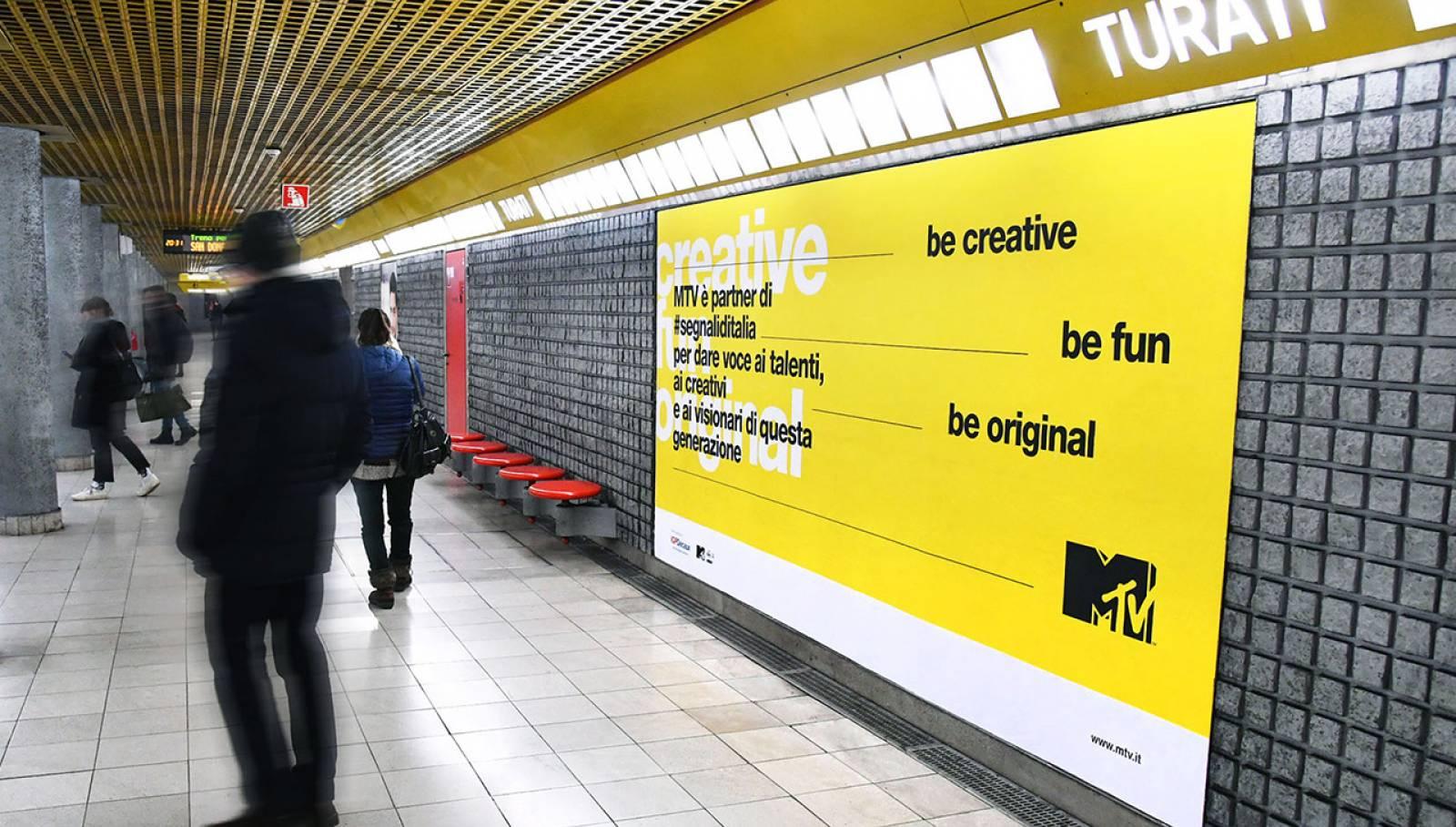 Pubblicità in metropolitana IGPDecaux a Milano Circuito Phygital per Segnali d'Italia MTV