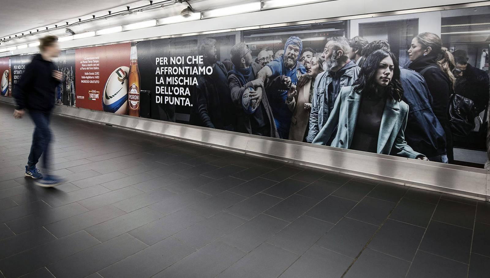 Pubblicità outdoor IGPDecaux a Roma Station Domination per Peroni