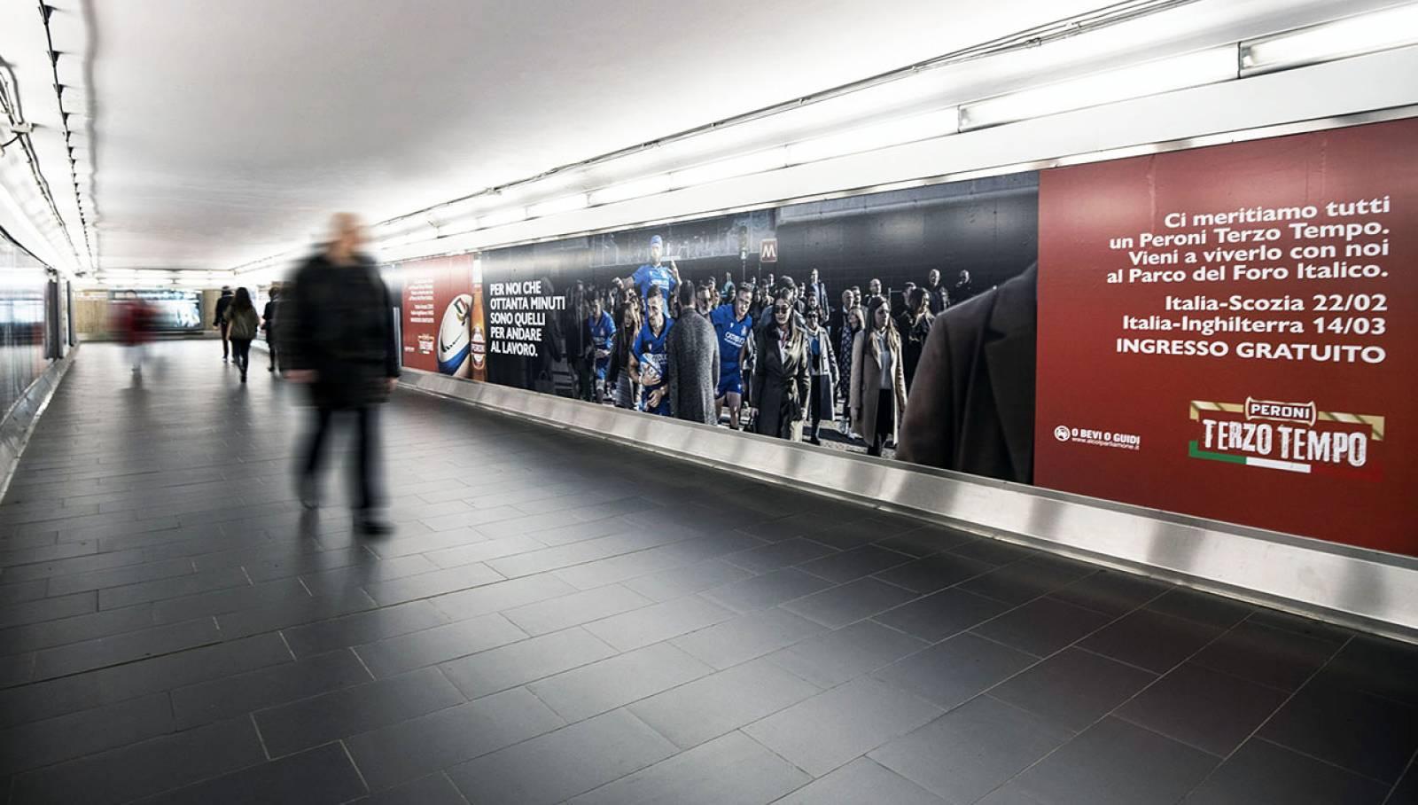 Pubblicità OOH IGPDecaux Roma Station Domination per Peroni