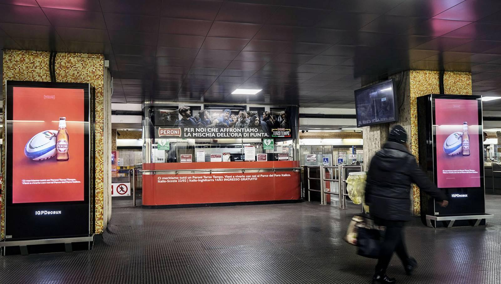 Pubblicità Out of Home IGPDecaux Roma Station Domination per Peroni