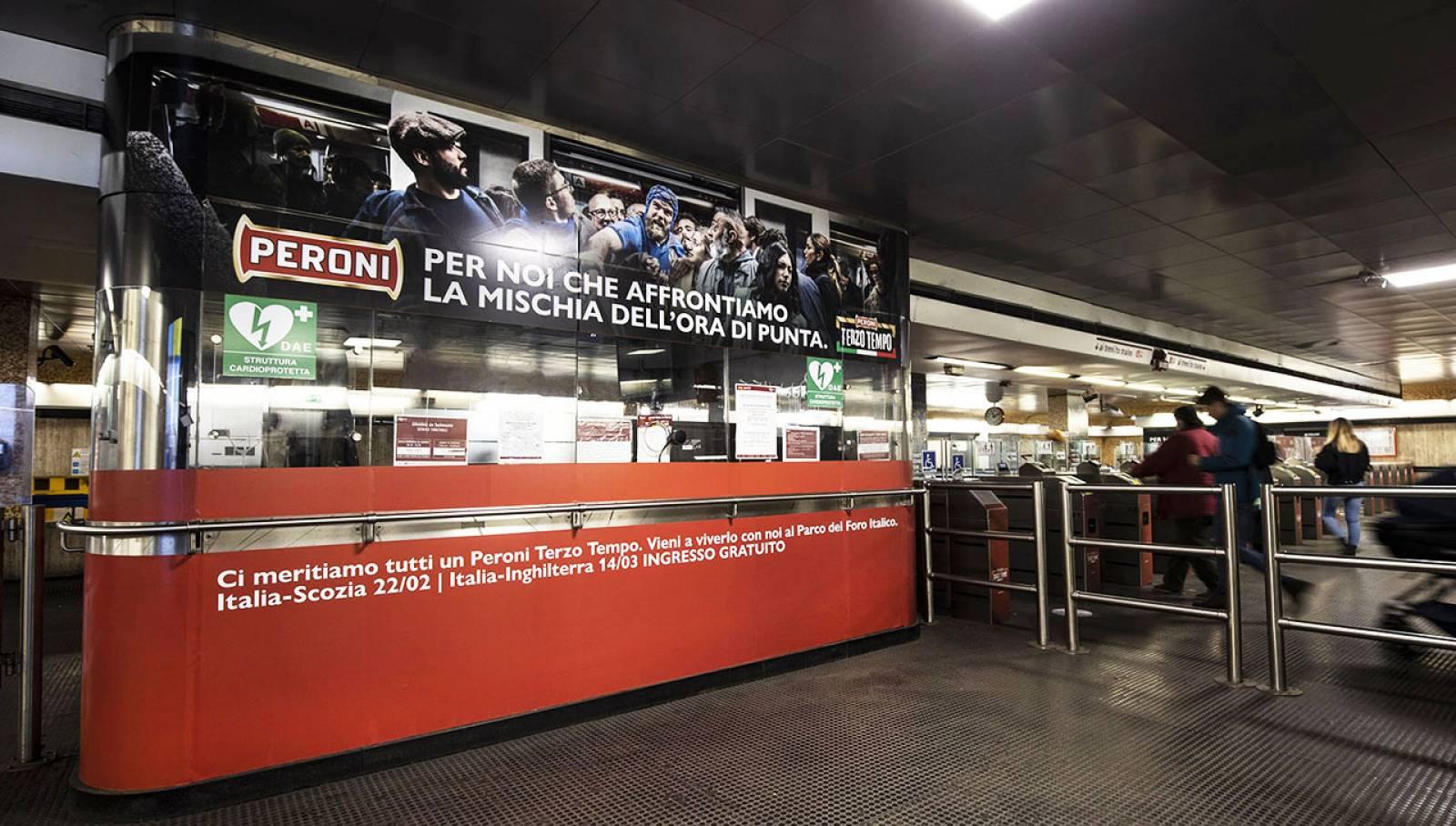 Pubblicità in metropolitana IGPDecaux a Roma Station Domination per Peroni