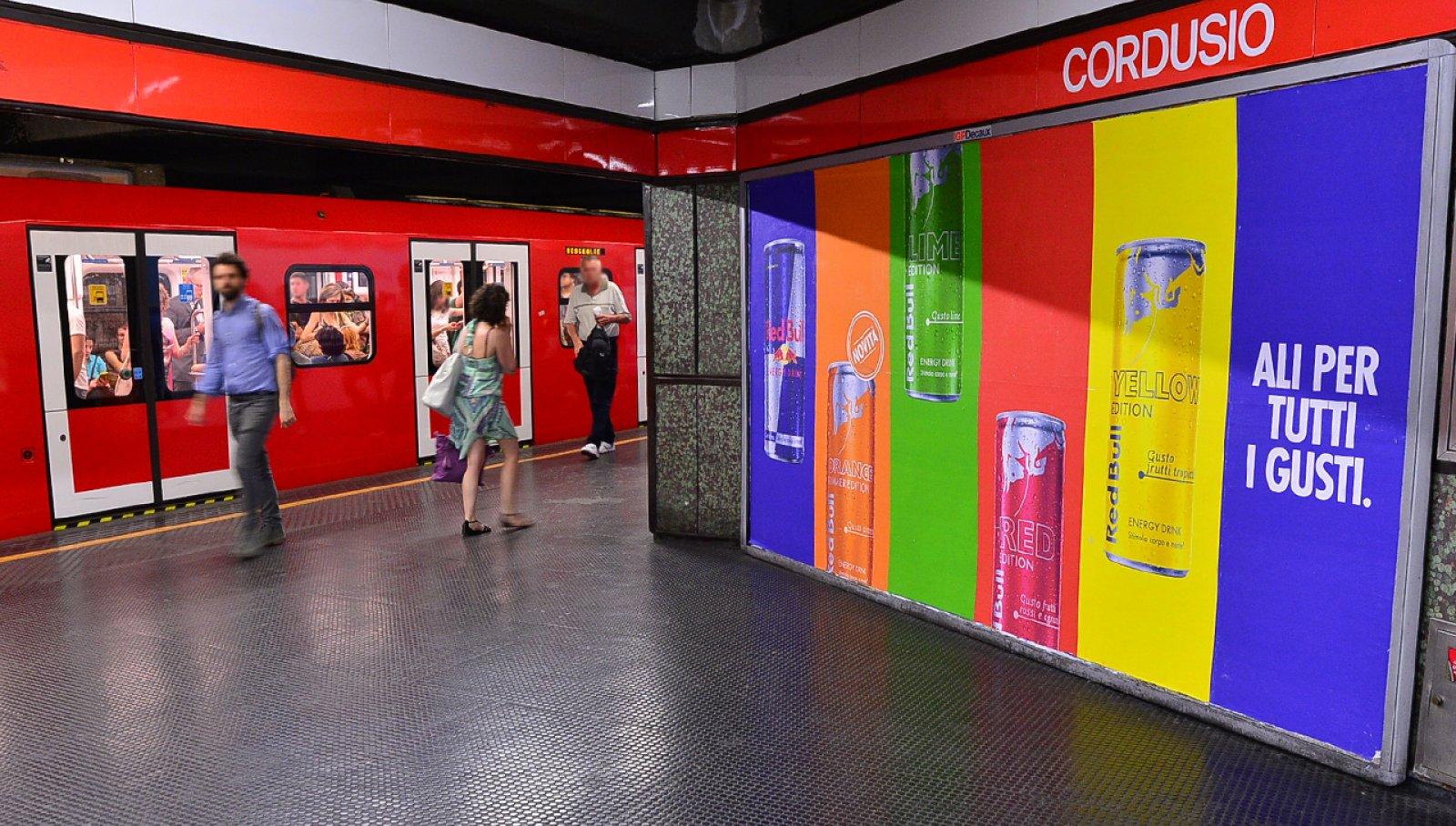 Pubblicità metro Milano IGPDecaux circuito a copertura landscape per Red Bull