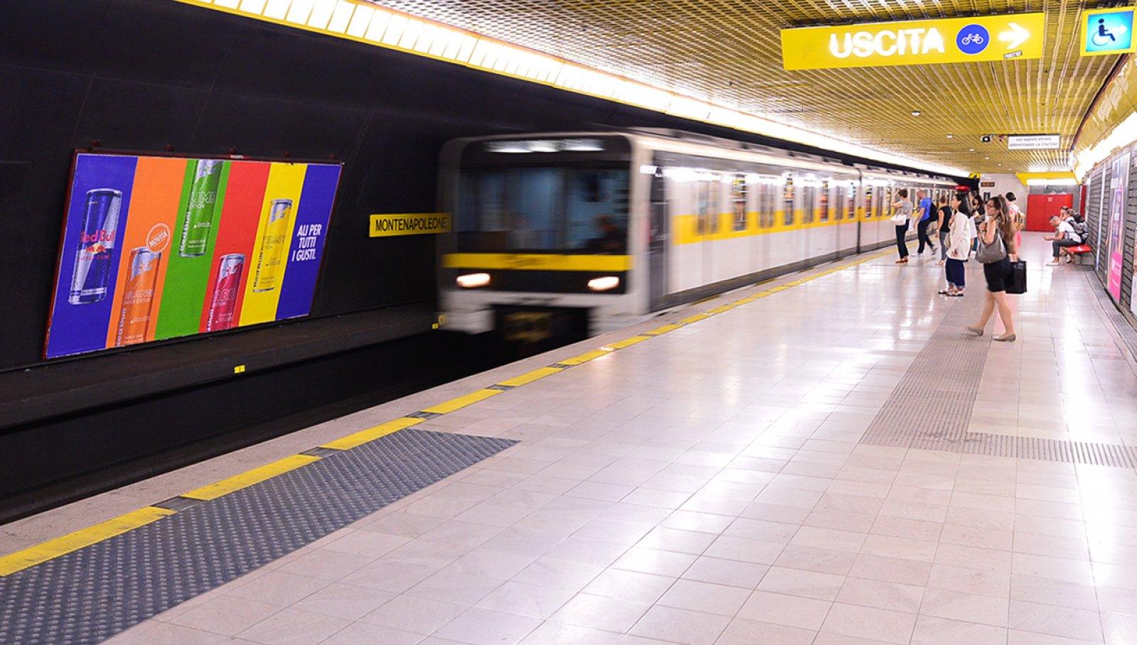 Pubblicità metropolitana Milano circuito a copertura landscape IGPDecaux per Red Bull