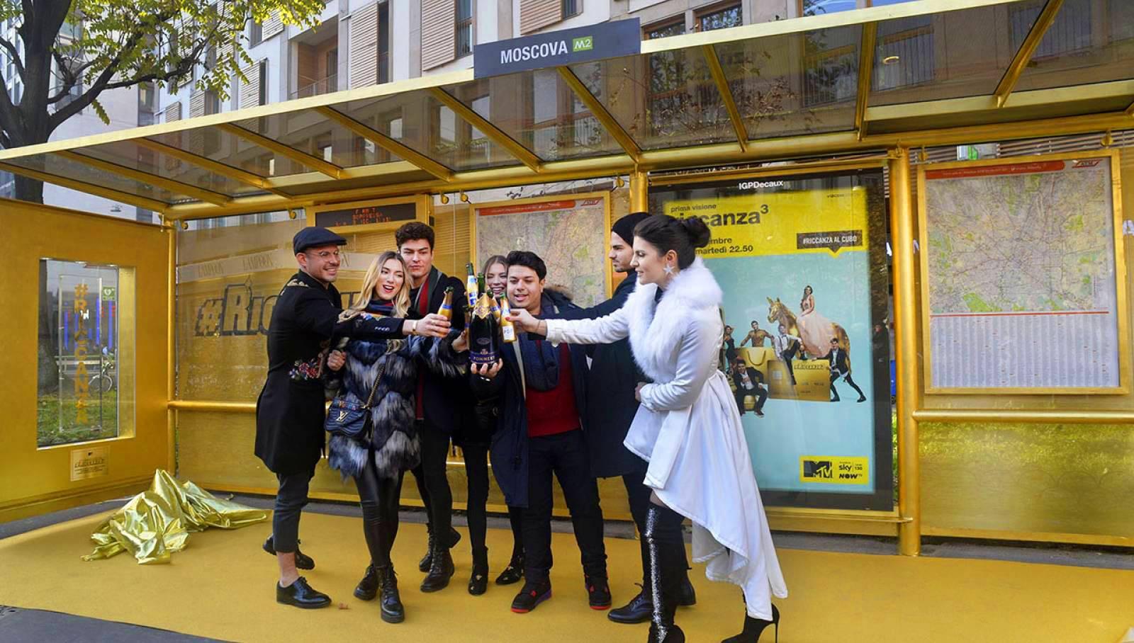 IGPDecaux Creative Solutions pensilina in oro per MTV Riccanza a Milano