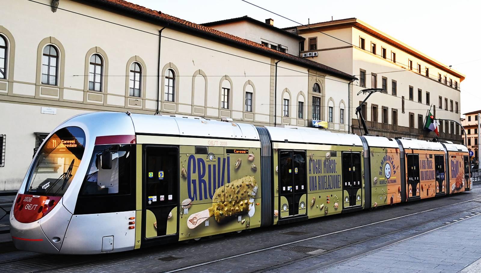 Pubblicità su tram a Firenze IGDPDecaux Full-Wrap per Sammontana
