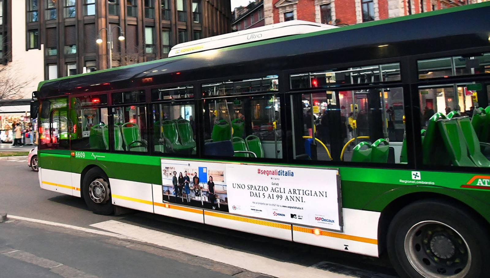 Pubblicità su autobus a Milano IGPDecaux Side Banner per Segnali d'Italia