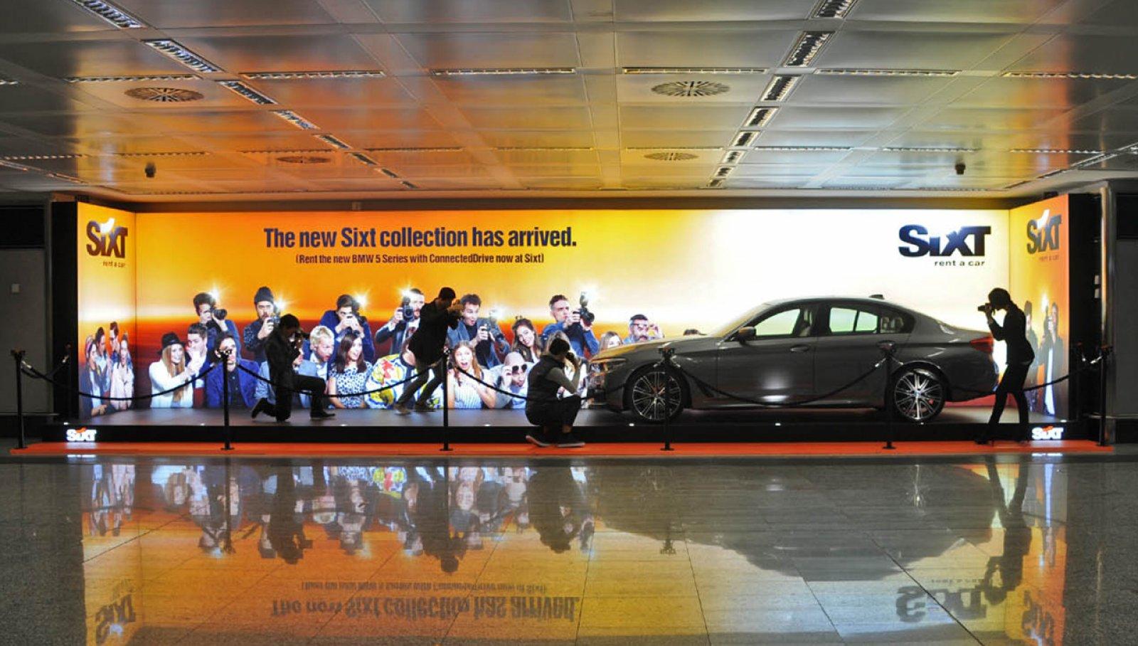 Pubblicità negli aeroporti IGPDecaux area espositiva per Sixt a Malpensa