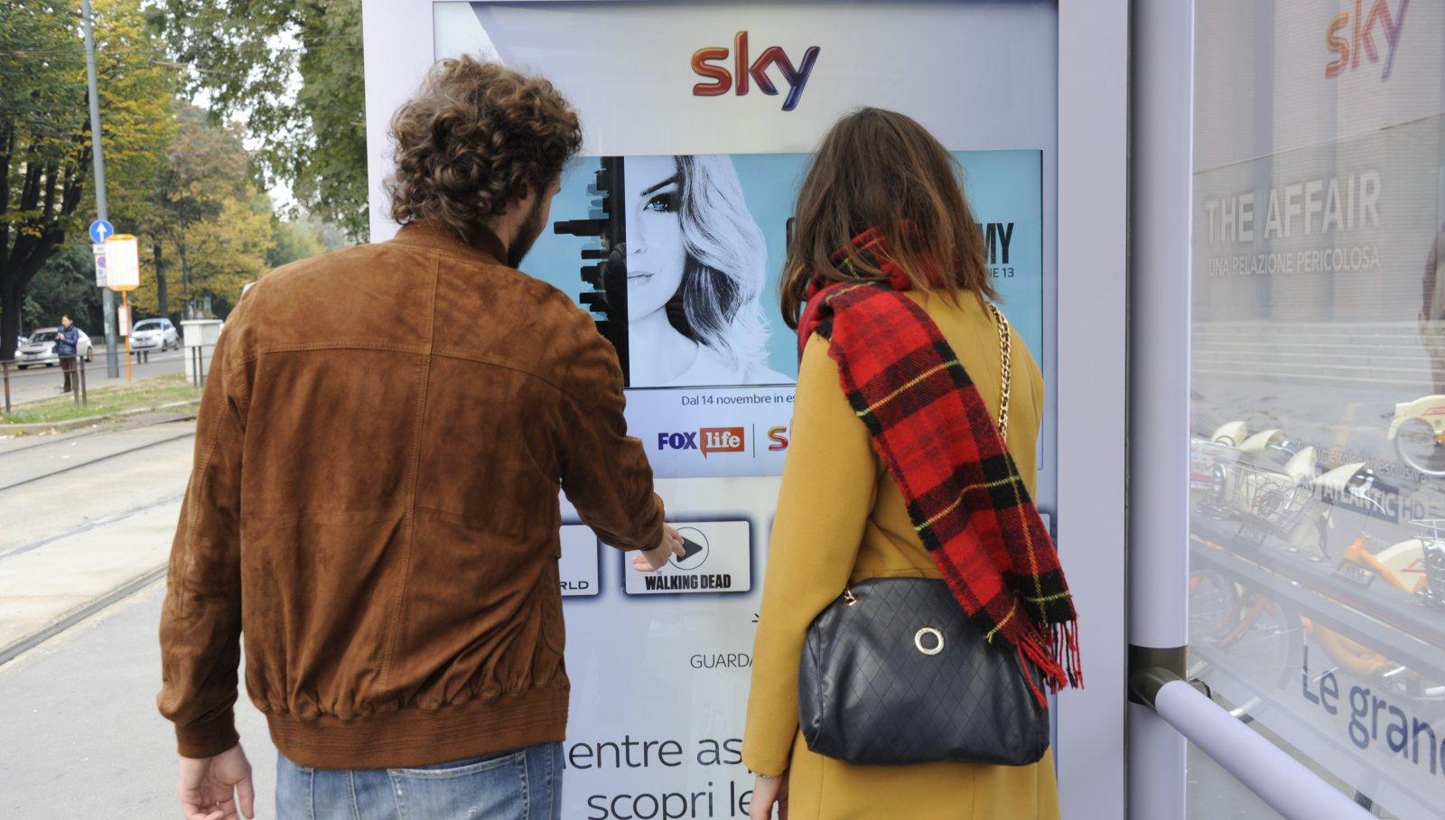 Pubblicità Out Of Home Milano showcase pensilina IGPDecaux per Sky