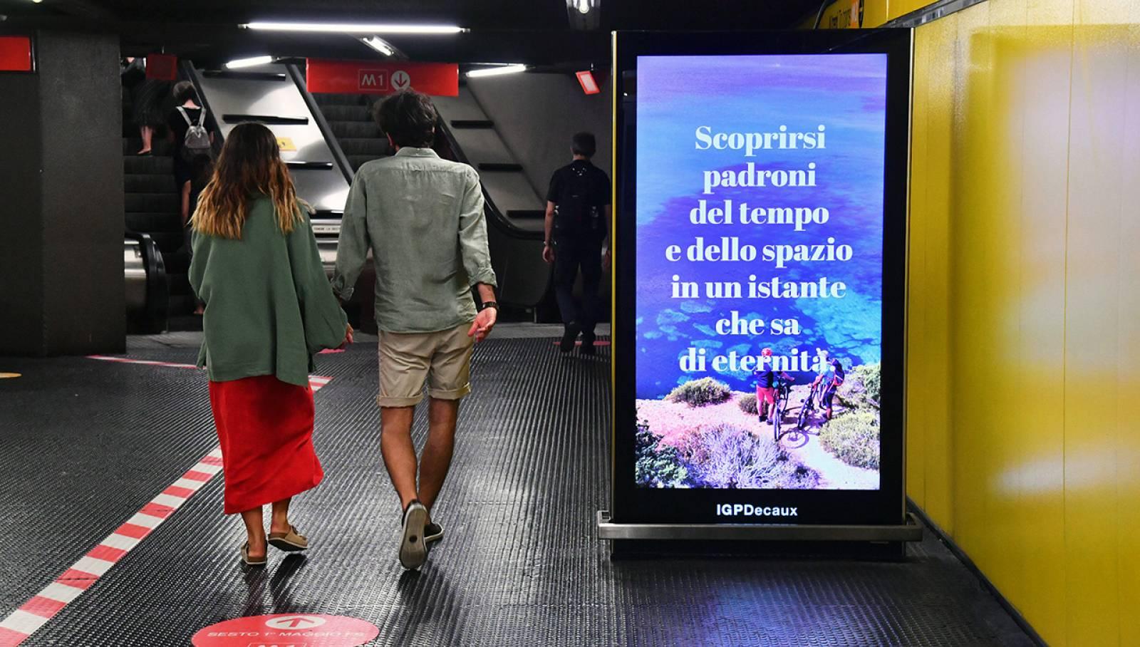 Pubblicità metropolitana Milano IGPDecaux Network Vision per Toscana Promozione Turistica