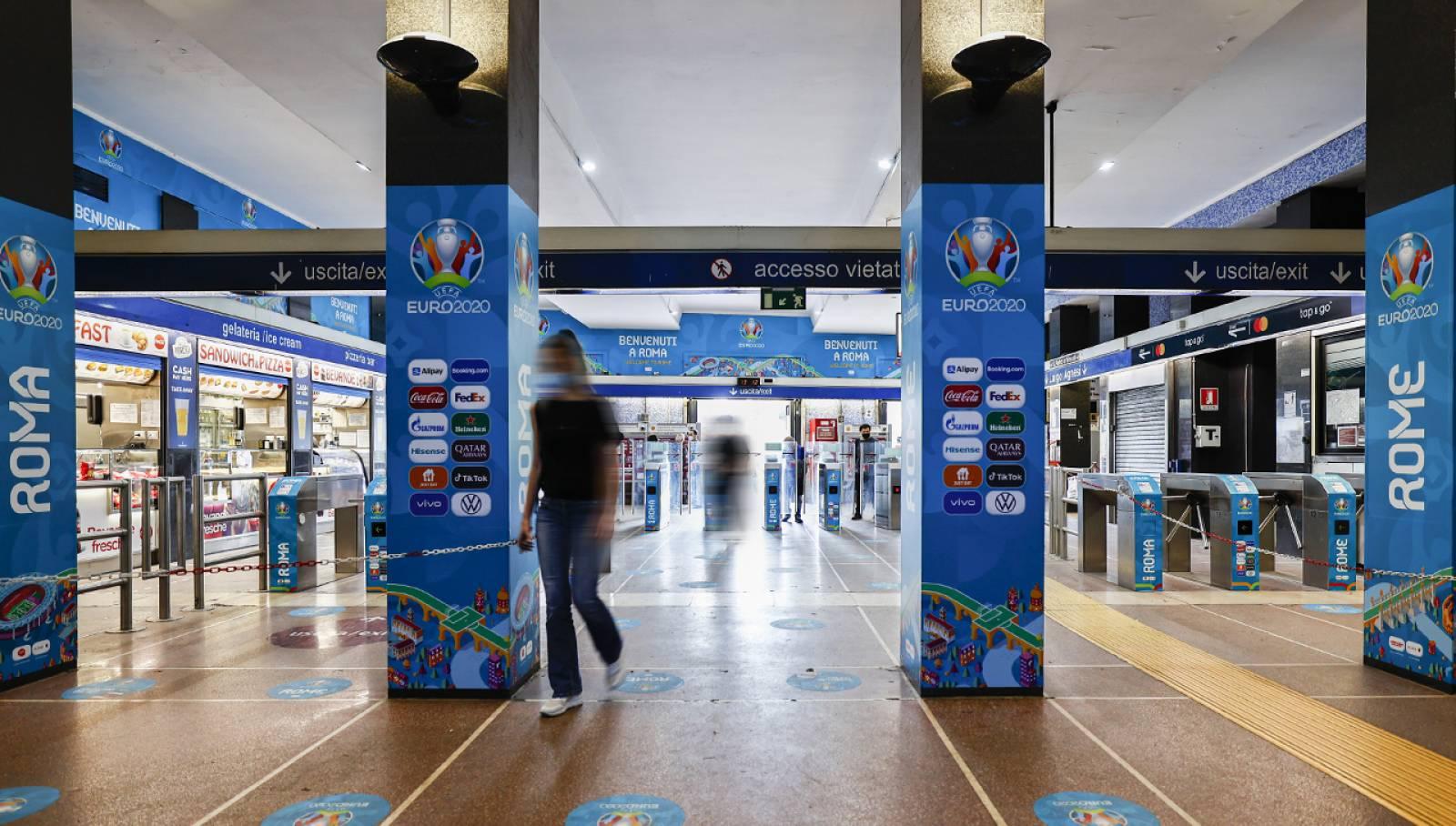 Pubblicità metropolitana a Roma IGPDecaux Station Domination per UEFA 2020