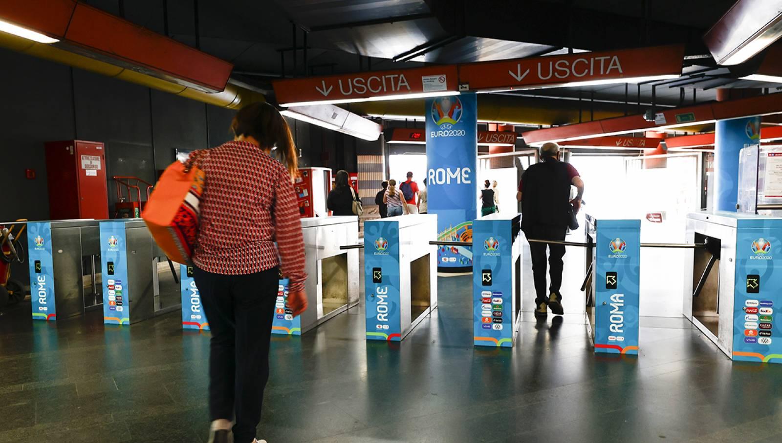 Pubblicità in metropolitana a Roma Station Domination Cipro per UEFA 2020 IGPDecaux