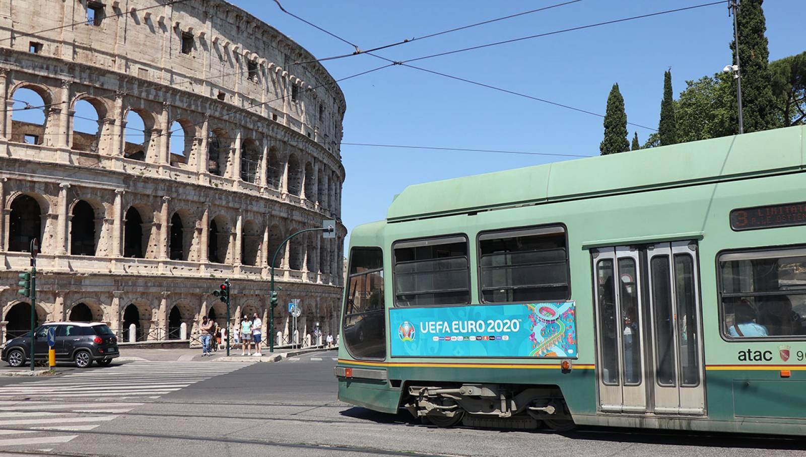Pubblicità su tram IGPDecaux Roma Side Banner per UEFA 2020