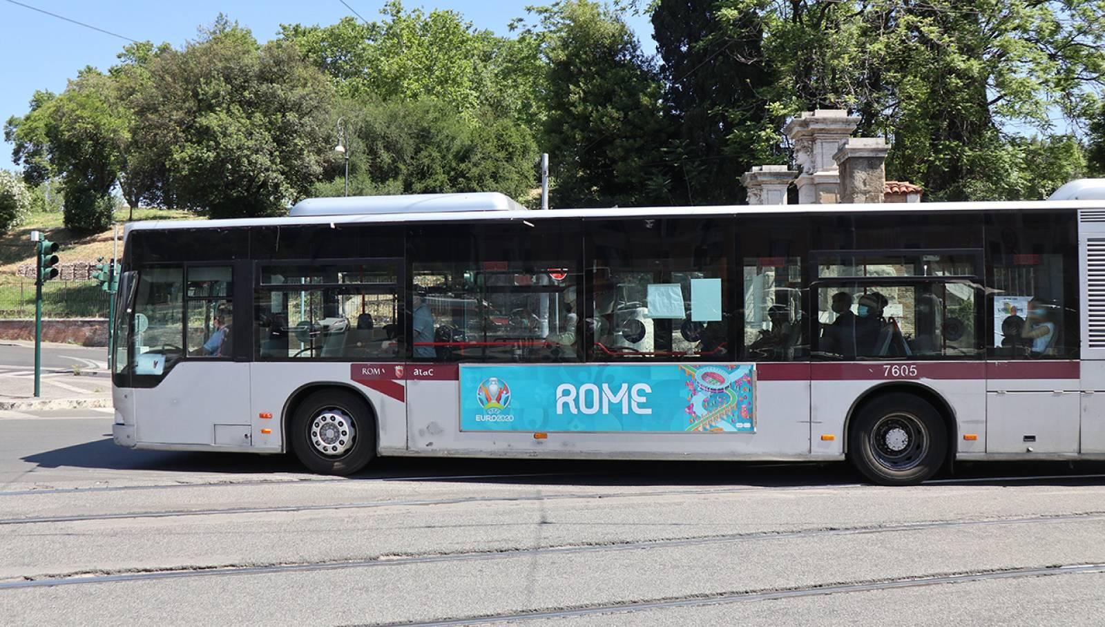 Pubblicità su autobus IGPDecaux Side Banner a Roma per UEFA 2020