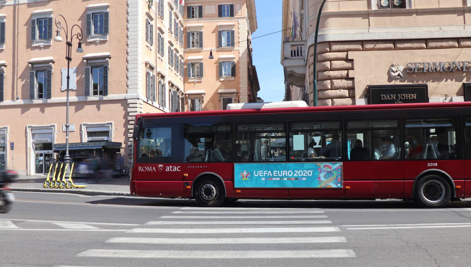 Pubblicità su autobus a Roma Side Banner IGPDecaux per UEFA 2020