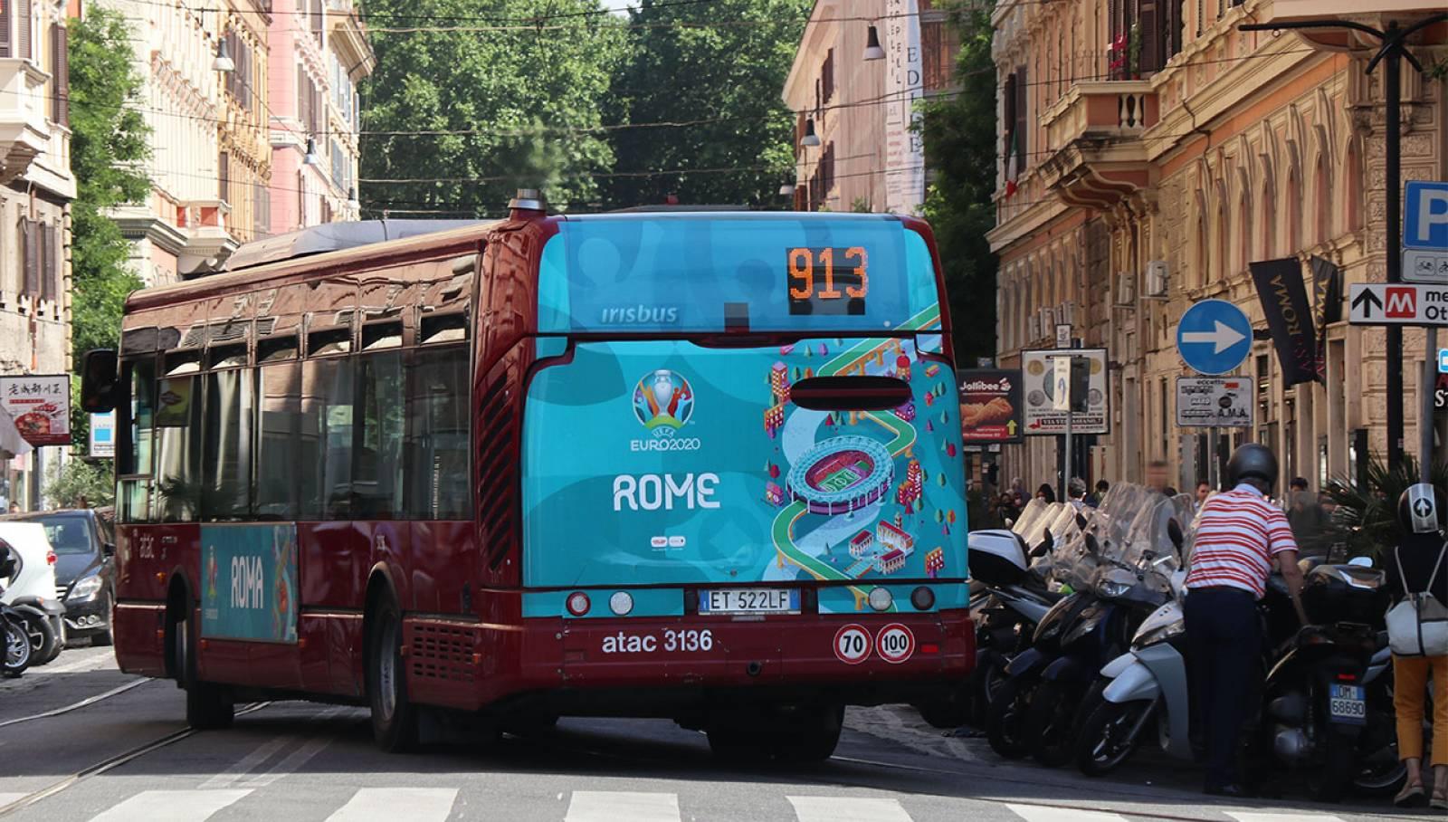 Pubblicità su autobus a Roma Full-Back IGPDecaux per UEFA 2020