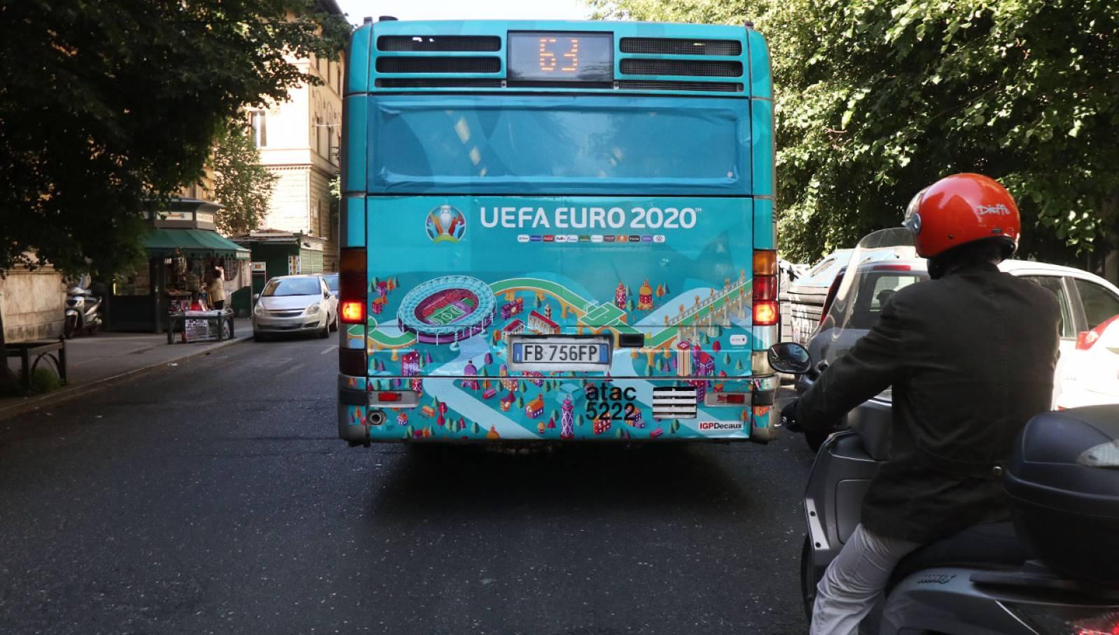 Pubblicità su autobus IGPDecaux Full-Back per UEFA 2020 a Roma