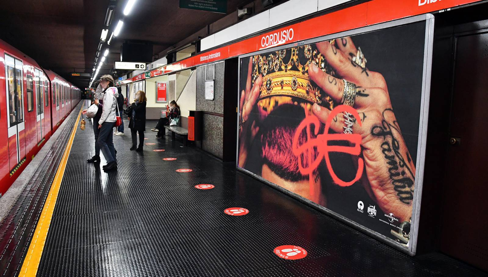 Circuito Maxi IGPDecaux metropolitana a Milano per Sfera Ebbasta