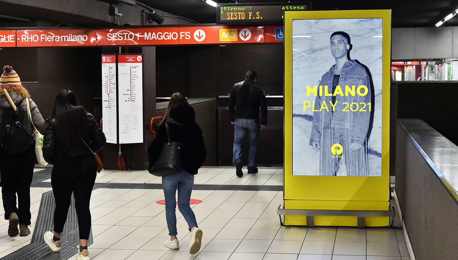 Pubblicità metro Milanese IGPDecaux Station Domination per Island Records