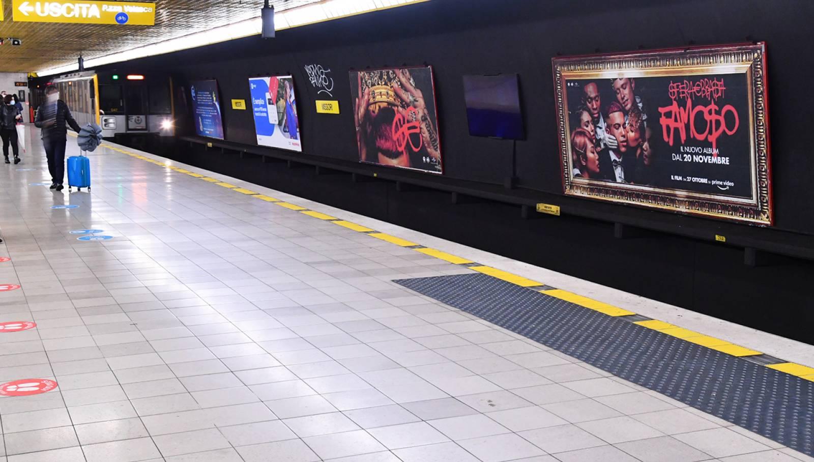 Pubblicità OOH in metropolitana a Milano Circuito Maxi IGPDecaux per Sfera Ebbasta