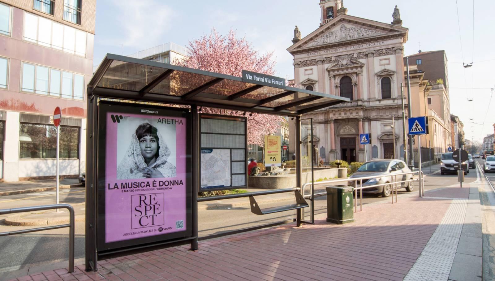 Pubblicità Out Of Home a Milano IGPDecaux Pensiline per Warner Music Italy