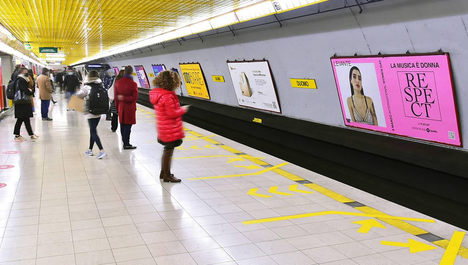 Pubblicità metropolitana a Milano IGPDecaux Cirucito Maxi per Warner Music Italy