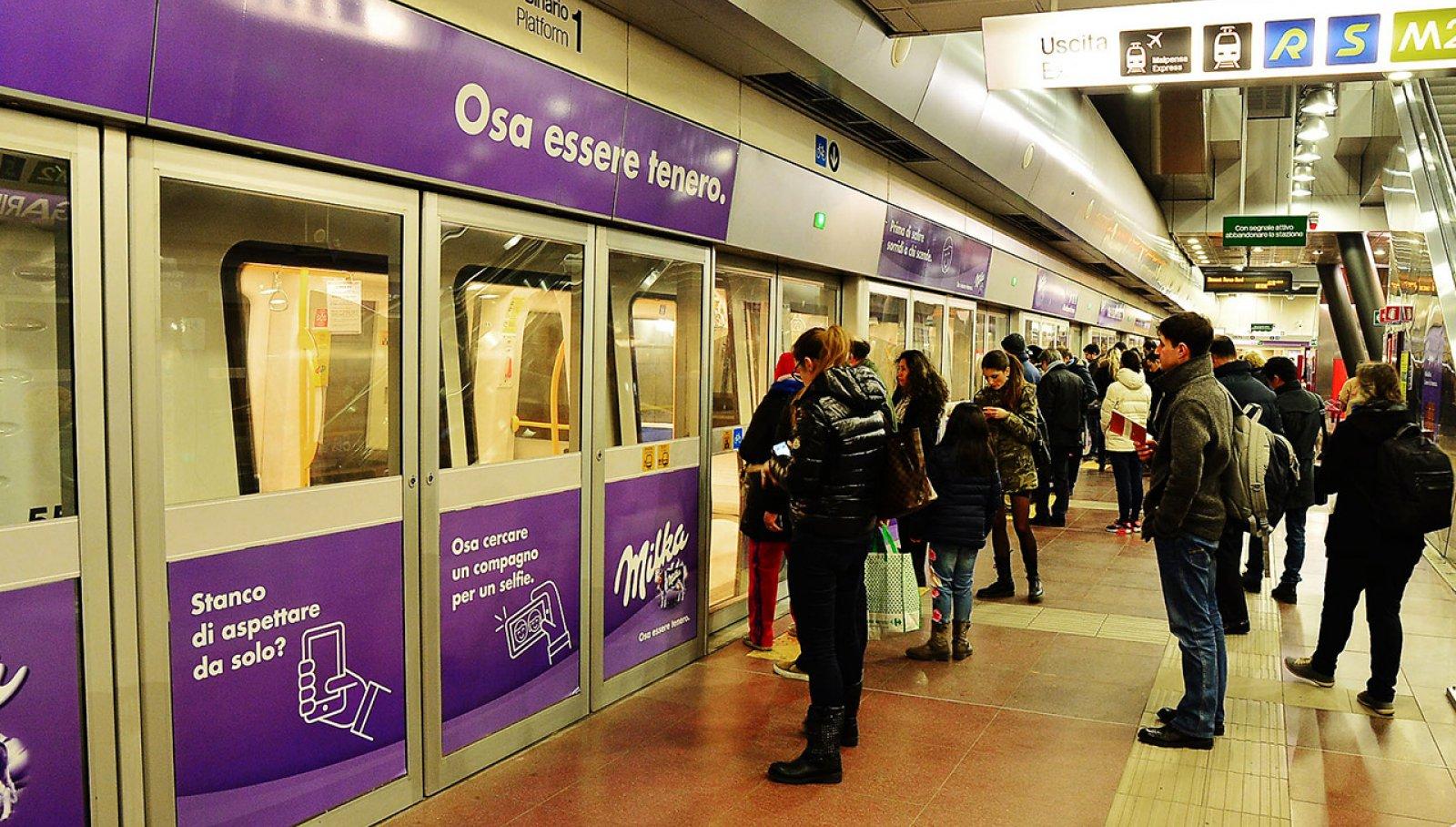 Pubblicità metro Milano IGPDecaux station domination per Milka