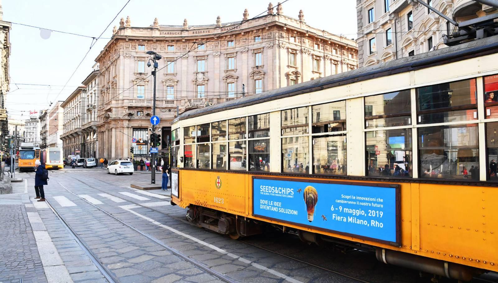 Pubblicità su tram a Milano IGPDecaux side Banner per Seeds&Chips