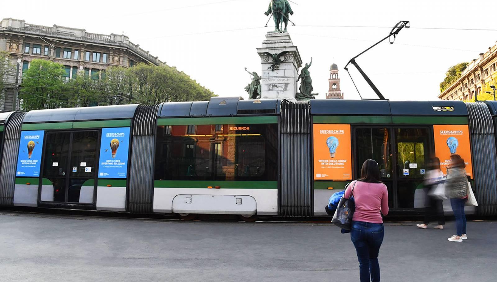 Pubblicità su tram a Milano IGPDecaux manyside per Seeds&Chips