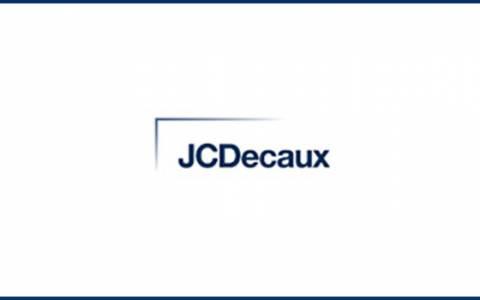 JCDecaux modifica la propria organizzazione in seguito alla decisione di Jean-Sébastien Decaux di dedicarsi alle attività filantropiche della famiglia Decaux