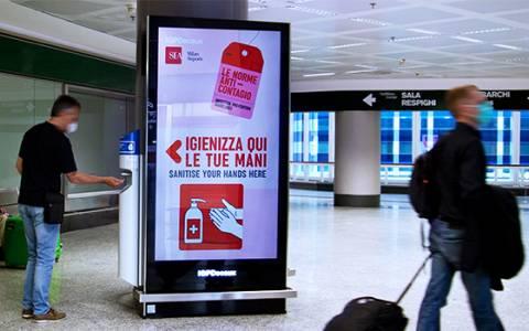 A Milano Malpensa gli impianti di IGPDecaux regalano gel disinfettante ai passeggeri