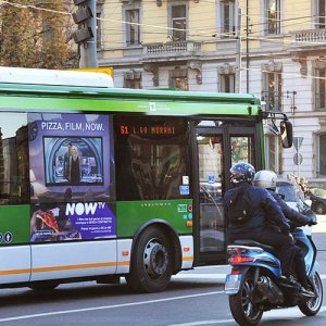 Pubblicità dinamica autobus IGPDecaux adesive portrait per NowTV a Milano
