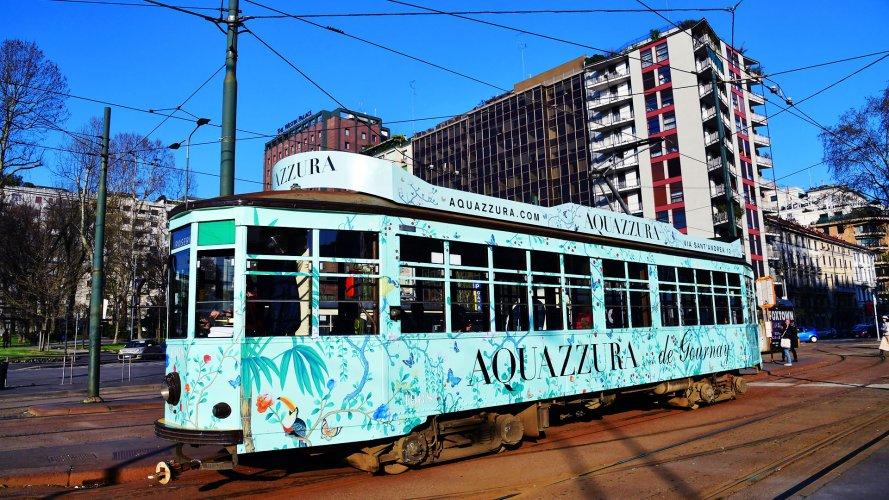Pubblicità sui tram Milano IGPDecaux Full-Wrap per Acquazzurra