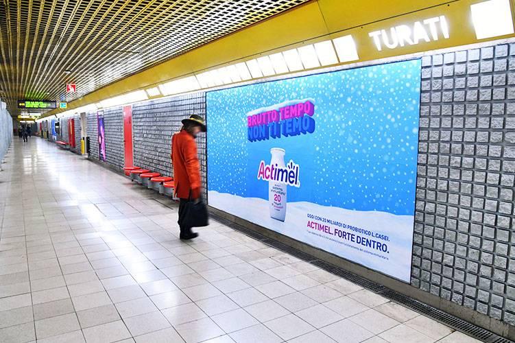 Pubblicità in metropolitana a Milano IGPDecaux Circuito Phygital per Actimel Danone